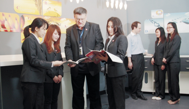 4. 采用案例分析教学,理论结合实际 运用相关的理论和知识,通过对案例的分析和探讨,使学生巩固所学知识,培养分析问题和解决问题的能力,提高听、说、读、写、译等各项技能。所选案例均来源于真实生活和实际工作。通过案例教学,让学生置身于案例的模拟环境之中,通过形象的role(角色)表演,dialogue(对话),presentation(演讲)、games(游戏)等,使学生身临其境、感同身受,并以当事人的角度来思考问题、处理问题,具有较强的实战性。此外,学校定期开展不同主题的English Corner,给学